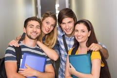 Étudiants tenant des dossiers au couloir d'université Image libre de droits