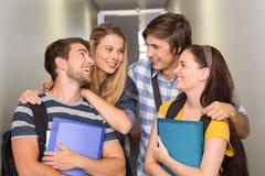 Étudiants tenant des dossiers au couloir d'université Photographie stock