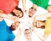 Étudiants tenant des mains dans une forme d'une étoile Photos libres de droits