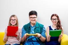 Étudiants travaillant au divan Image stock