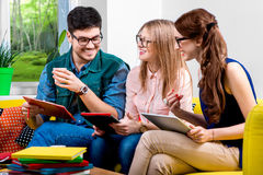 Étudiants travaillant au divan Photos stock