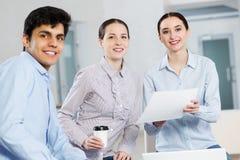 Étudiants travaillant dans la coopération Photo stock