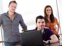 Étudiants travaillant ensemble Image stock