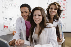 Étudiants travaillant ensemble dans la classe de la Science Image stock