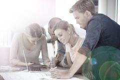Étudiants travaillant sur un projet commun de travail d'équipe Image libre de droits