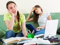 Étudiants tristes étudiant à la maison Photo libre de droits