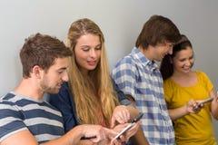 Étudiants universitaires à l'aide des téléphones portables Photo libre de droits