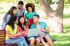 Étudiants universitaires étudiant au campus Photographie stock