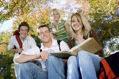 Étudiants universitaires étudiant dans le campus Images stock