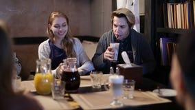Étudiants universitaires ayant le café ensemble en café clips vidéos
