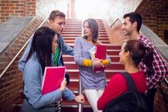 Étudiants universitaires convering sur des escaliers dans l'université Photos libres de droits