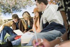 Étudiants universitaires détendant sur le campus Images stock