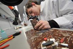 Étudiants universitaires dans l'électrotechnique dans la salle de classe Photos stock