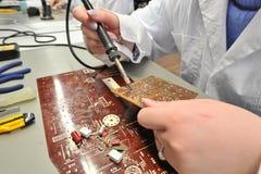 Étudiants universitaires dans l'électrotechnique dans la salle de classe Image libre de droits