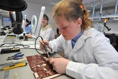 Étudiants universitaires dans l'électrotechnique dans la salle de classe Photo libre de droits
