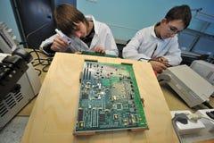 Étudiants universitaires dans l'électrotechnique dans la salle de classe Photographie stock