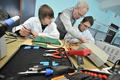 Étudiants universitaires dans l'électrotechnique dans la salle de classe Images libres de droits