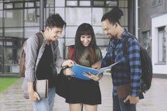 Étudiants universitaires discutant une tâche Images libres de droits