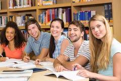 Étudiants universitaires faisant le travail dans la bibliothèque Photos libres de droits