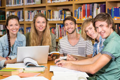 Étudiants universitaires faisant le travail dans la bibliothèque Photos stock