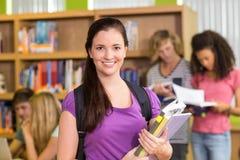 Étudiants universitaires faisant le travail dans la bibliothèque Photo stock