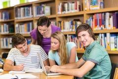 Étudiants universitaires faisant le travail dans la bibliothèque Images stock