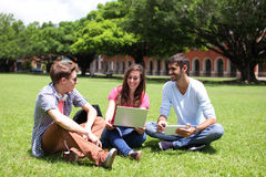 Étudiants universitaires heureux à l'aide de l'ordinateur Images stock