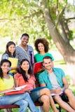Étudiants universitaires heureux au campus Photographie stock libre de droits