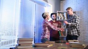 Étudiants universitaires heureux avec des mains sur la pile banque de vidéos