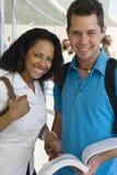 Étudiants universitaires multi-ethniques avec le livre Photos stock