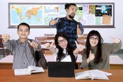 Étudiants universitaires multiraciaux avec des pouces  Photos libres de droits