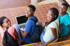 étudiants universitaires regardant en arrière Photographie stock libre de droits