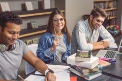 Étudiants universitaires s'asseyant ensemble et étudiant Photo stock