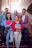 Étudiants universitaires se tenant sur des escaliers dans l'université Photographie stock libre de droits