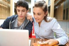 Étudiants websurfing avec l'ordinateur portable Image libre de droits