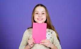 Étudiez ce que vous aimez et internez dans ce que vous voulez faire Livre d'étude adorable de participation de petite fille avec  images libres de droits