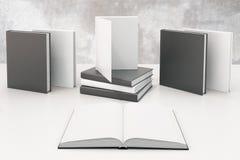 Étudiez le concept avec le livre ouvert avec des white pages vides et autre Photo stock