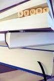 Étudiez le message écrit dans les blocs en bois entre les pages d'un livre image stock