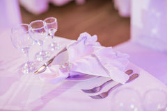 Événement admirablement organisé - tables de banquet servies prêtes pour des invités photo stock