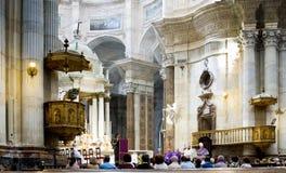 Évêque diocésain Rafael Zornoza Boy célèbre la masse chrétienne dans la cathédrale de Cadix L'Andalousie, Espagne Images stock