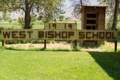 ÉVÊQUE, LA CALIFORNIE - 8 JUILLET 2018 : Signe pour l'évêque occidental Scho photo stock