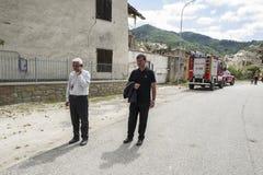 Évêque Vescovo Giovanni D&#x27 ; Ercole dans le tremblement de terre a endommagé Pescara del Tronto, Ascoli Piceno, Italie Photos stock