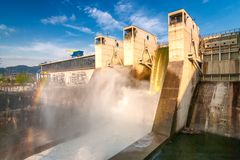 Évacuer l'eau avec l'arc-en-ciel le barrage hydro-électrique photos stock