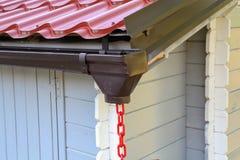 Évacuer l'eau de pluie le toit images libres de droits