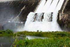 Évacuer l'eau le barrage hydro-électrique photo stock