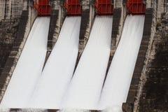 Évacuer l'eau le barrage hydro-électrique photo libre de droits