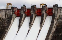 Évacuer l'eau le barrage hydro-électrique photos stock