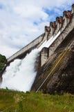 Évacuer l'eau le barrage hydro-électrique images stock