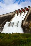 Évacuer l'eau le barrage hydro-électrique images libres de droits