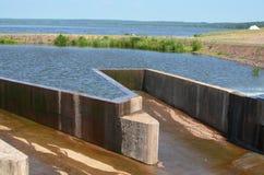 Évacuer l'exès d'eau le lac images stock
